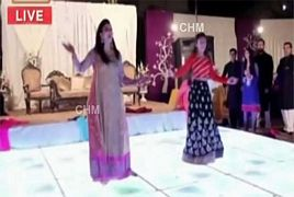 Nida Yasir and Her Daughter Dancing in a Wedding