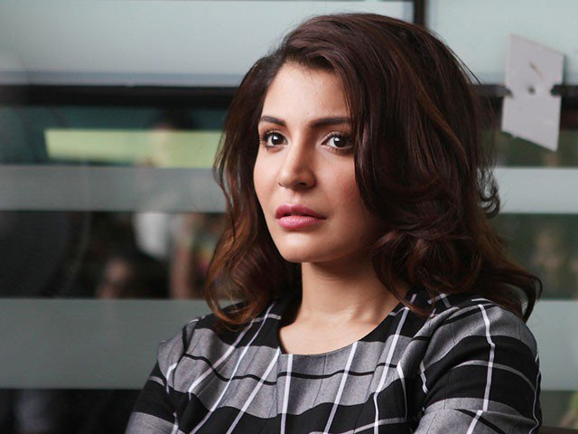Anushka Sharma Yells on Garbage Throwing Person