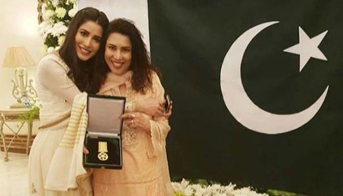 Recognition of Mehwish Hayat Tamgha e Imtiaz with Cake